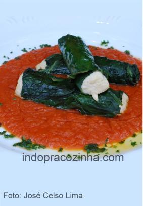 Canelone de taioba com frango desfiado e requeijão em couli de tomates
